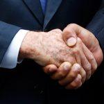 E' tornata la stretta di mano … il significato dei modi di dare la mano