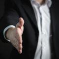 La stretta di mano: un saluto che parla per noi
